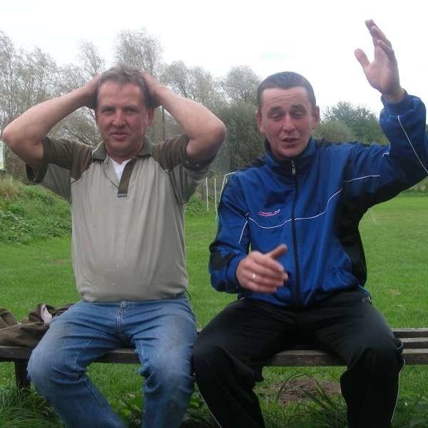 - Jak długo żyję, czegoś takiego jeszcze nie widziałem - mówi Joachim Grelich (z lewej). - Mówiliśmy sędziemu, że numer 11 jest pijany, ale nie reagował - dodaje Adrian Wolny.