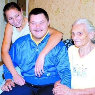 Niepełnosprawnym Piotrkiem zajmują się w tym domu wszyscy. Czasem przypada to babci Kazimierze. W rodzinie Grądzkich nie brakuje miłości, dotkliwie brakuje zaś pieniędzy.