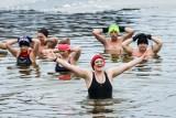 Moda na morsowanie. Czy morsowanie jest zdrowe dla wszystkich? Wady i zalety kąpieli w zimnej wodzie