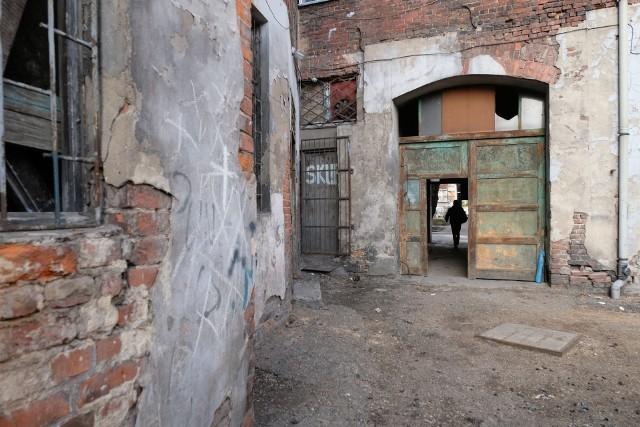 Bytomskie podwórka w obiektywie Arkadiusza Goli, fotoreportera DZZobacz kolejne zdjęcia. Przesuwaj zdjęcia w prawo - naciśnij strzałkę lub przycisk NASTĘPNE