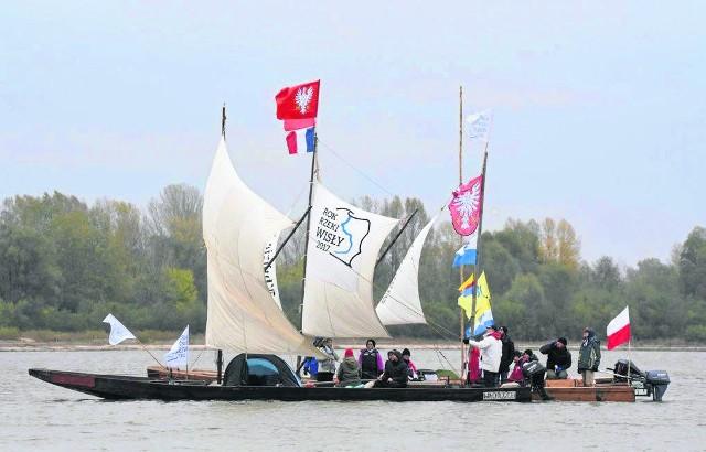 Repliki historycznych statków wiślanych podczas spływu Wisłą do Torunia