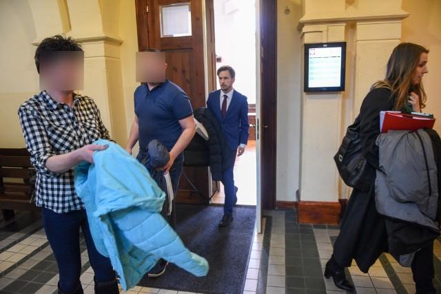 """Od kilku miesięcy prokuratura i kuratorzy domagają się, by patostreamer Daniel Z. """"Magical"""" i jego matka z ul. Urzędniczej w Toruniu trafili do więzienia. Chcą, by sąd obojgu """"odwiesił"""" kary orzeczone w zawiasach. Decydujące dla syna posiedzenie sądowe odbędzie się 4 maja.SZCZEGÓŁY NA KOLEJNYCH STRONACH >>>Czytaj także: Władze Torunia sprzedają mieszkania. Gdzie i za ile?"""