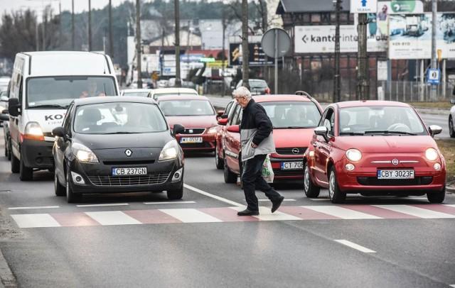 Z policyjnych raportów wynika, że ul. Fordońska to jedna z ulic, gdzie kierowcy często nie przestrzegają ograniczeń prędkości. Do ostatniego wypadku, który poruszył całe miasto, doszło tam w 2019 roku. Na przejściu dla pieszych na wysokości KFC zginęła 56-letnia kobieta. Wjechał w nią 33-letni kierowca, który był pod wpływem narkotyków.