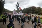 """Marsz antycovidowców w Szczecinie. Pojawiło się kilkaset osób. Ich zdaniem pandemia jest """"fałszywa"""" - 10.10.2020"""