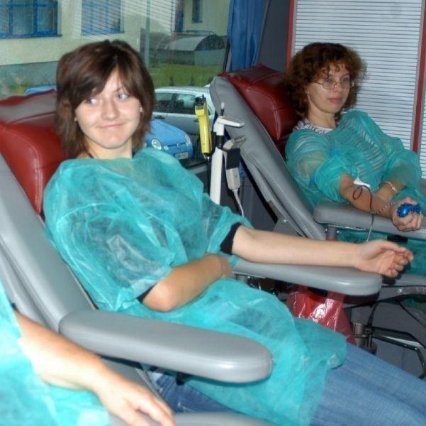 - Trochę boli, ale można wytrzymać - mówiła Monika Dzieszuta (z lewej), uczennica LO w Mońkach. Oddała 450 ml krwi. Obok Anna Bielińska, nauczycielka w tym ogólniaku.