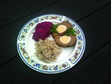 Pomysł na obiad. Klops pieczony z jajkami, z kaszą i burakami [PRZEPIS]