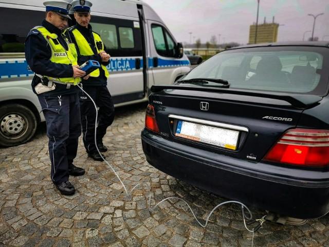 """Dziś w całym kraju policjanci ruchu drogowego prowadzą działania kontrolno-prewencyjne pn. """"SMOG""""."""
