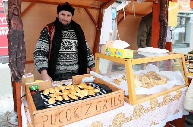 Szymon Cyrbus na jarmarku bożonarodzeniowym na Rynku Nowomiejskim sprzedaje oscypki i kapcie. Dziś ostatnia okazja na zakupy - kończy sie Jarmark Bożonarodzeniowy