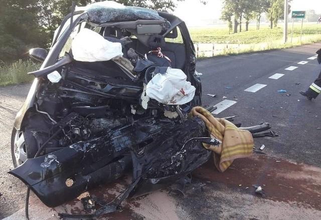 W nocy z niedzieli na poniedziałek w Pleszewie na drodze krajowej nr 11 doszło do zderzenia ciężarówki z samochodem osobowym. W wypadku zginął mężczyzna, który jechał drugim z aut. Zobacz więcej ----->