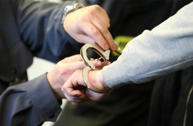 Policjanci zatrzymali 36-letniego oszusta, który podając się za agenta CBA razem ze wspólnikami wyłudził kilkaset tysięcy złotych od pewnego małżeństwa w Łodzi. Decyzją sądu został aresztowany tymczasowo. Grozi mu do 10 lat więzienia.