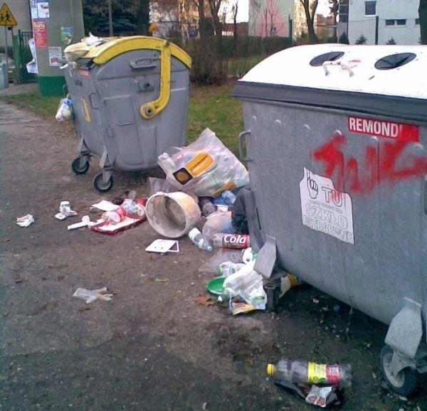 Mieszkańcy ulic Ossowskiego i Konopnickiej muszą codziennie chodzić obok góry śmieci.