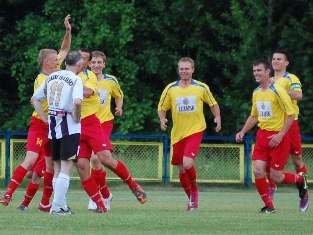 Piłkarze Pogoni Leżajsk wygrali z Kantorem 2-1.