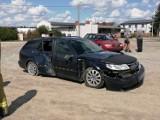Uderzył samochodem w płot ze skrzynką gazową, a potem uciekł. Policja go szuka! [ZDJĘCIA]