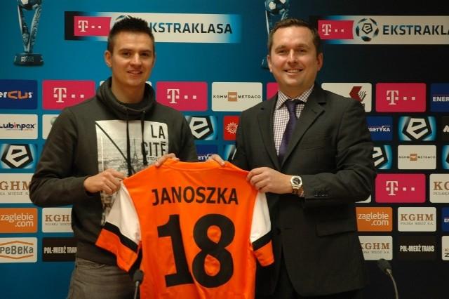 Łukasz Janoszka (z lewej) podpisał kontrakt na trzy lata. Z prawej prezes Zagłębia Tomasz Dębicki
