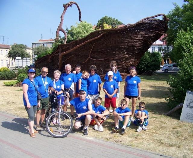 """Uczestnicy ,,Lata na rowerze"""" w ciekawych miejscach na swej trasie robili pamiątkowe zdjęcia"""