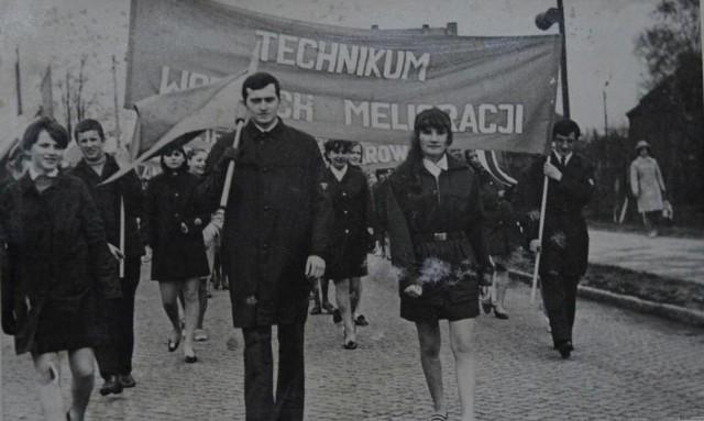 W pochodach pierwszomajowych  szły zakłady pracy, szkoły, kombatanci, uczniowie. Były trybuny honorowe i mnóstwo propagandowych haseł. My przypominamy, jak wyglądały marsze w latach 60. na zdjęciach ze Sławna. Majówka 2017. Jakie kierunki wyjazdów wybierają Polacy?Wideo: Dzień Dobry TVN/ x-news