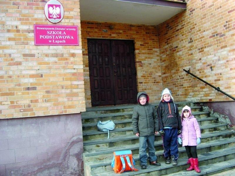 Niepubliczna Szkoła Podstawowa w Łapach, prowadzona przez łomżyńskie Stowarzyszenie Edukator mieści się w parafialnym budynku. Proboszcz parafii chce go całkowicie przejąć i prowadzić katolicką szkołę