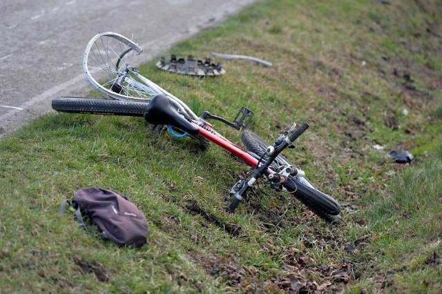 Do wypadku doszło w piątek po godz. 6 na ul. Lipowej w Orłach pod Przemyślem.- Kierujący volkswagenem golfem, 50-letni mieszkaniec pow. przemyskiego jadąc w kierunku drogi krajowej nr 77, najechał na tył rowerzysty, który przemieszczał sięw tym samym kierunku - powiedziała podkom. Marta Fac z KMP w Przemyślu.Pogotowie ratunkowe przetransportowało 61-letniego rowerzystę, mieszkańca pow. przemyskiego do szpitala z urazem głowy i kończyn. Mężczyzna z golfa był trzeźwy. Najprawdopodobniej oślepiło go słońce.Na miejscu wypadku pracowała grupa dochodzeniowo-śledcza.