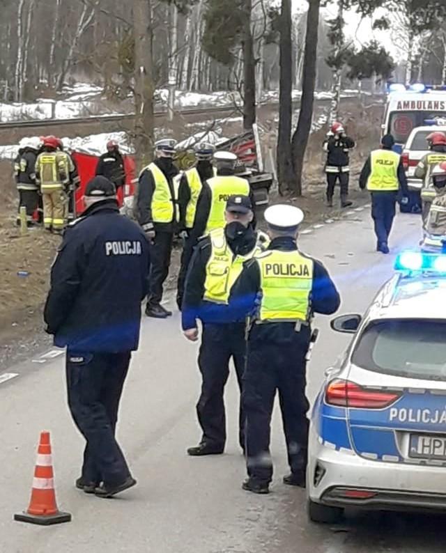 Wypadek śmiertelny w miejscowości Białogrądy. Nie żyje kierowca busa