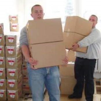 Adam Dylewski (od lewej) i Krzysztof Sobotka dostarczyli wczoraj darmową żywność do siedziby PCK przy ulicy Kościuszki