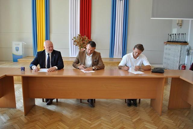 Umowa na przebudowę drogi Sucha - kamień w gminie Białobrzegi została podpisana w ostatni poniedziałek. Ruszyły też pierwsze prace, ich konic ma być za cztery miesiące.