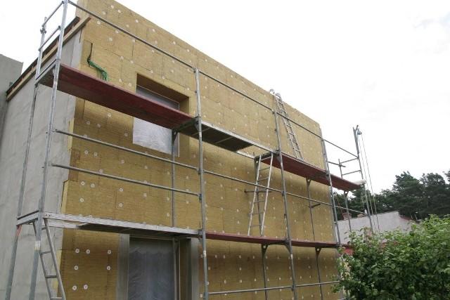 Ocieplenie domu wełną mineralnąOd stycznia musimy budować domy bardziej energooszczędne