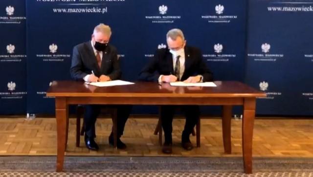 Umowa podpisana została w środę, 13 października, w Warszawie, a podpisali ją od lewej: wicewojewoda Sylwester Dąbrowski oraz burmistrz Arkadiusz Sulima.