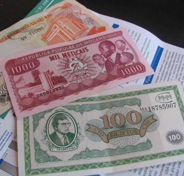"""Takie bezwartościowe banknoty z Mozambiku i Wietnamu dostała gorzowianka od pana, który obiecywał jej, że to nagroda z Unii Europejskiej. Zapłaciła mu za to niemal 2 tys. zł """"podatku""""."""