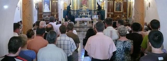 Kilka godzin po krwawych wydarzeniach wierni w Staszowie modlili się w niedzielę w intencji ofiar.