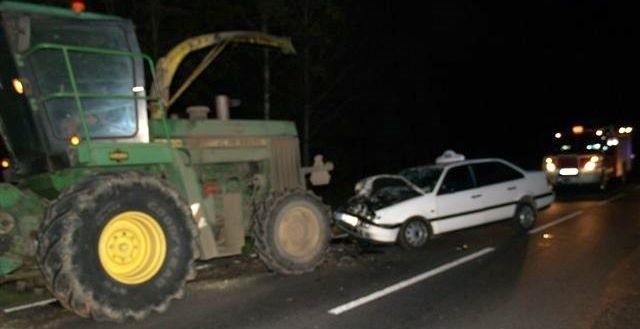 Taksówka uderzyła w tył kombajnu