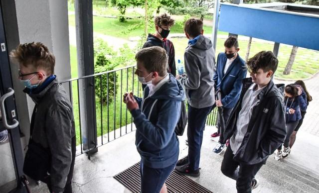 Egzamin z języka angielskiego był ostatnim, do którego przystępowali ósmoklasiści. W województwie kujawsko-pomorskim zdawało go ponad  18 tysięcy osób. Na zdjęciu: młodzież przed egzaminem w SP 63 w Bydgoszczy
