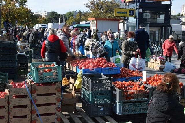 We wtorek 28 września hitem kieleckich bazarów były papryka i pomidory, które jesienią są popularnymi warzywami na przetwory. Niestety ceny w porównaniu do ostatnich tygodni nieco wzrosły. Za ładną paprykę trzeba było płacić około 5-6 złotych, a pomidory od 4 do 7 złotych za kilogram w zależności od rodzaju. Jakie były ceny warzyw i owoców na kieleckich bazarach 28 września? Zobaczcie na kolejnych slajdach