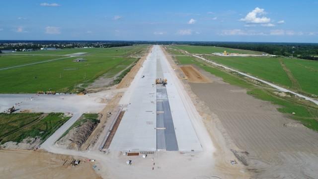 Zasadnicza część robót nawierzchniowych na pasie startowym została już prawie ukończona.