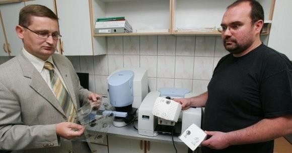 Stworzone przez szczecińskich naukowców opakowania (od lewej prof. Artur Bartkowiak i dr inż. Sławomir Lisiecki) mogą być wykorzystywane przez m.in. producentów fast foodów, kosmetyków, czy firmy farmaceutyczne z całej Europy.