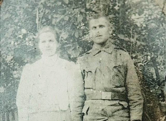 Jakub Pucher ze swoją siostrą Marcysią. Zdjęcie zostało wykonane w 1913 r. w Sielnicy (to miejscowość leżąca w Bieszczadach).