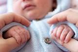 Jak ubierać noworodka latem, a jak zimą? Dostosuj ubrania do pory roku