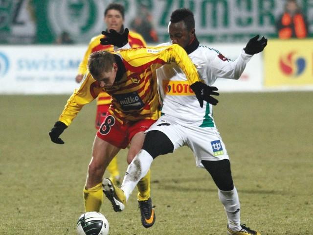 Abdou Traore (z prawej) w ostatnią niedzielę strzelił dla Lechii dwa gole w meczu z Polonią Bytom. Białostoccy obrońcy muszą zatem na niego bardzo uważać.