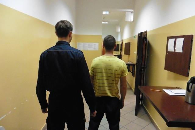 29-latek z Grudziądza miał amfetaminę i haszysz, nielegalną krajankę tytoniową i... poszukiwanego.