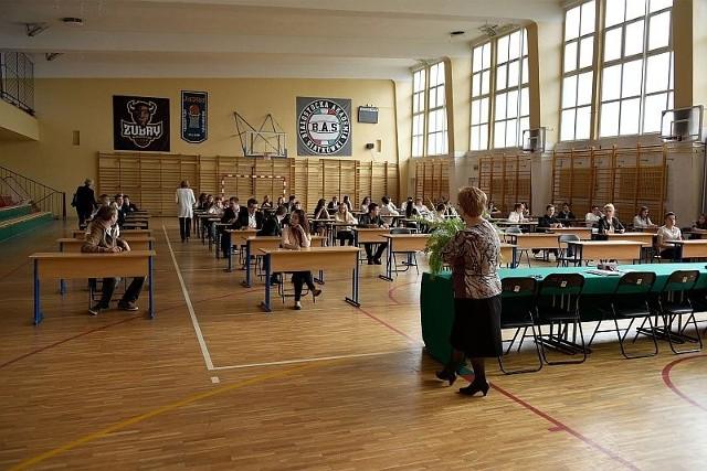 Egzamin gimnazjalny 2015 - część humanistyczna (polski, historia, WOS). Odpowiedzi i arkusz testu CKE.