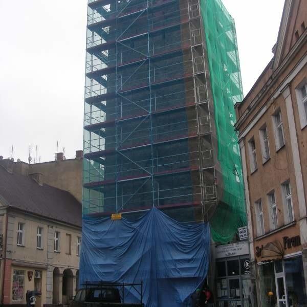 Przy wieży ustawiono już rusztowania.
