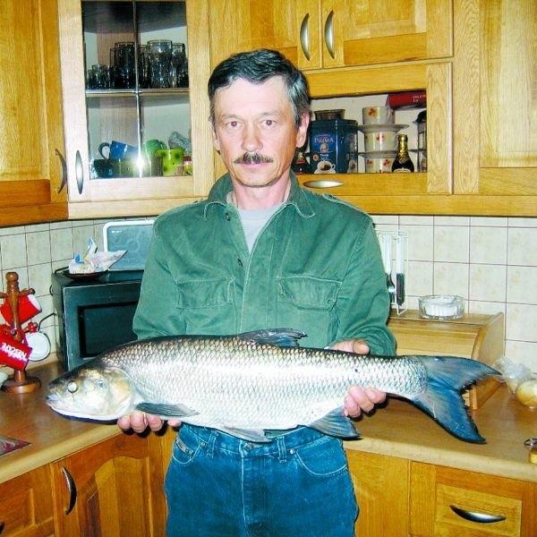 - To największy okaz, jaki złowiłem w życiu - opowiada z dumą Bogdan Romaniuk. Ryba miała 76 cm długości i ważyła 4 kg i 7 dkg.