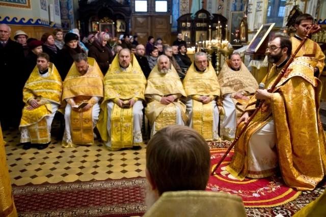Arcybiskup Jakub wygłaszał homilię siedząc