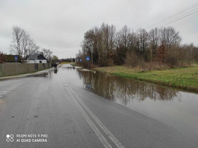 """Fragment nowo zbudowanej drogi powiatowej w Taczowie, który łatwiej pokonać kajakiem niż samochodem, albo """"na nogach""""."""