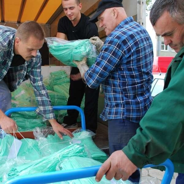 Wczoraj przez dwie godziny dary warte 100 tys. złotych były ładowane na ciężarówki.
