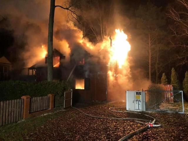 Pożar w Przyjezierzu. - Na miejscu zastaliśmy całkowicie rozwinięty pożar, obejmujący cały budynek - relacjonują strażacy z OSP Jeziora Wielkie.