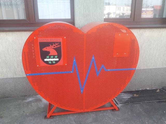 Przed Urzędem Gminy w Brzoziu postawiono pojemnik, do którego mieszkańcy mogą wrzucać nakrętki
