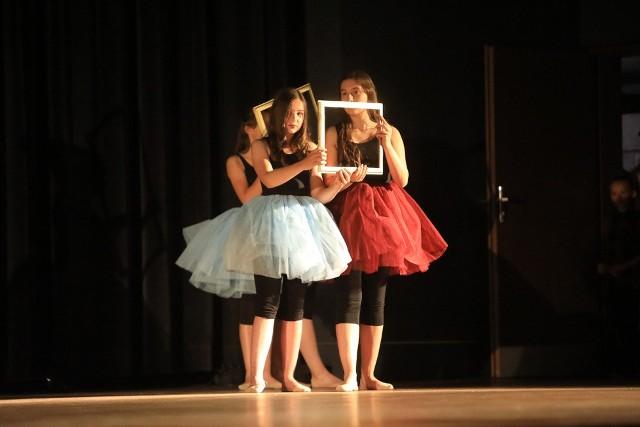 """Taneczny Zespół Mix, działający przy Szkole Podstawowej nr 6 w Toruniu, świętuje 20-lecie istnienia. Jubileuszowy koncert zorganizowano w piątek w Auli UMK. Zespół zaprezentował spektakl taneczny pt. """"Przygoda w muzeum"""". Wystąpiły w nim dzieci w wieku 7-15 lat. Na scenie pojawiły się również osoby, które tańczyły w zespole na przestrzeni 20 lat. Obecnie w zespół Mix tańczy ponad 90 uczniów w wieku od 6 do 16 lat. Składają się na niego cztery grupy wiekowe: Miksiaki, Minimix, Mix Junior i Mix."""
