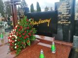 Grób Heleny Skrzydlewskiej. Tak wygląda rodzinny grób Skrzydlewskich w bożonarodzeniowych dekoracjach ZDJĘCIA