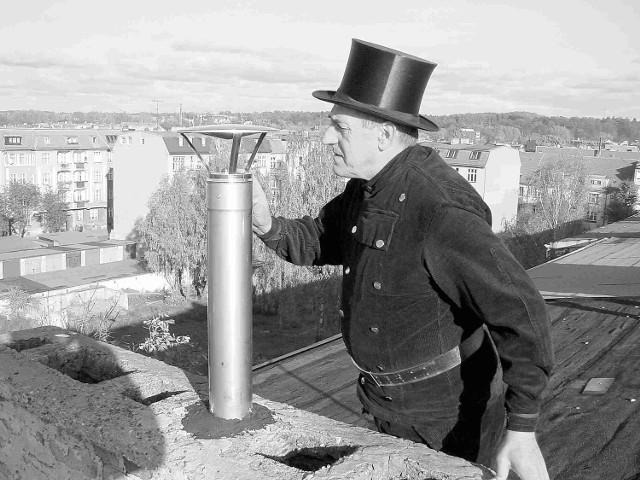 Każdy komin powinien być sprawdzany przez cztery razy w roku. Tymczasem w Słupsku są takie, do których kominiarz nie zaglądał od lat.