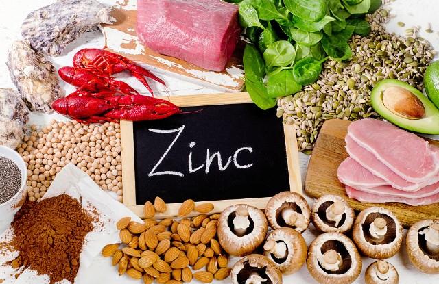 Cynk jest zaliczany do składników mineralnych, który w diecie przeciętnego Polaka, często dostarczany jest w zbyt małych ilościach w stosunku do dziennego zapotrzebowania. Wynosi ono 11 mg na dobę dla mężczyzn i 8 mg dla kobiet.Poznaj źródła cynku, które warto uwzględnić w codziennej diecie, by rozwiązać problem niedostatecznej podaży tego składnika w Twojej diecie! Zobacz kolejne slajdy, przesuwając zdjęcia w prawo, naciśnij strzałkę lub przycisk NASTĘPNE.